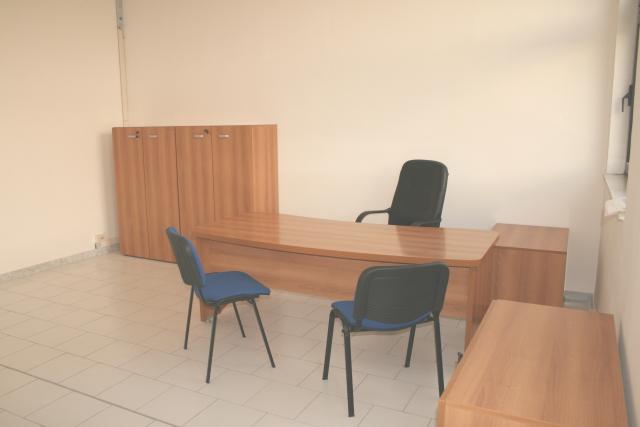 Ufficio arredato bivani 6 postazioni di lavoro gruppi di for Monolocali arredati napoli