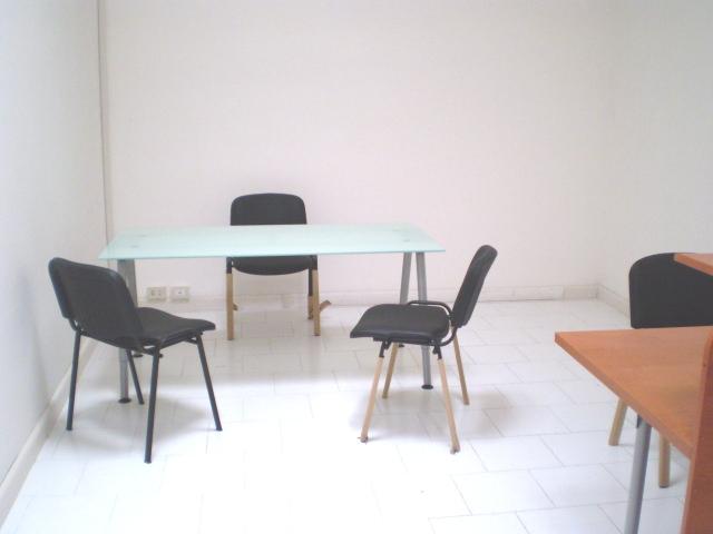 Ufficio arredato 4 6 postazioni di lavoro gruppi di for Uffici arredati napoli